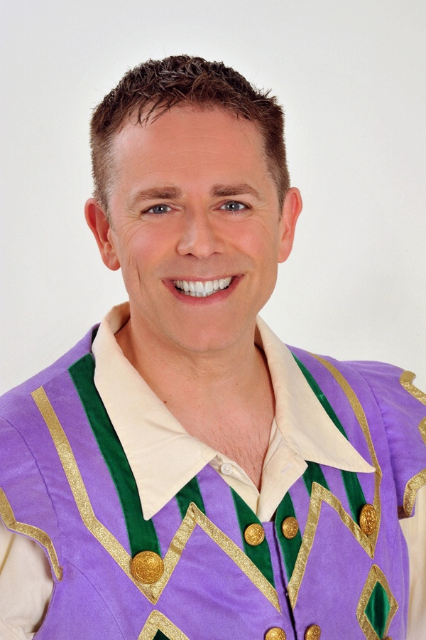 Chris Jarvis stars in Snow White at Richmond Theatre - ATG